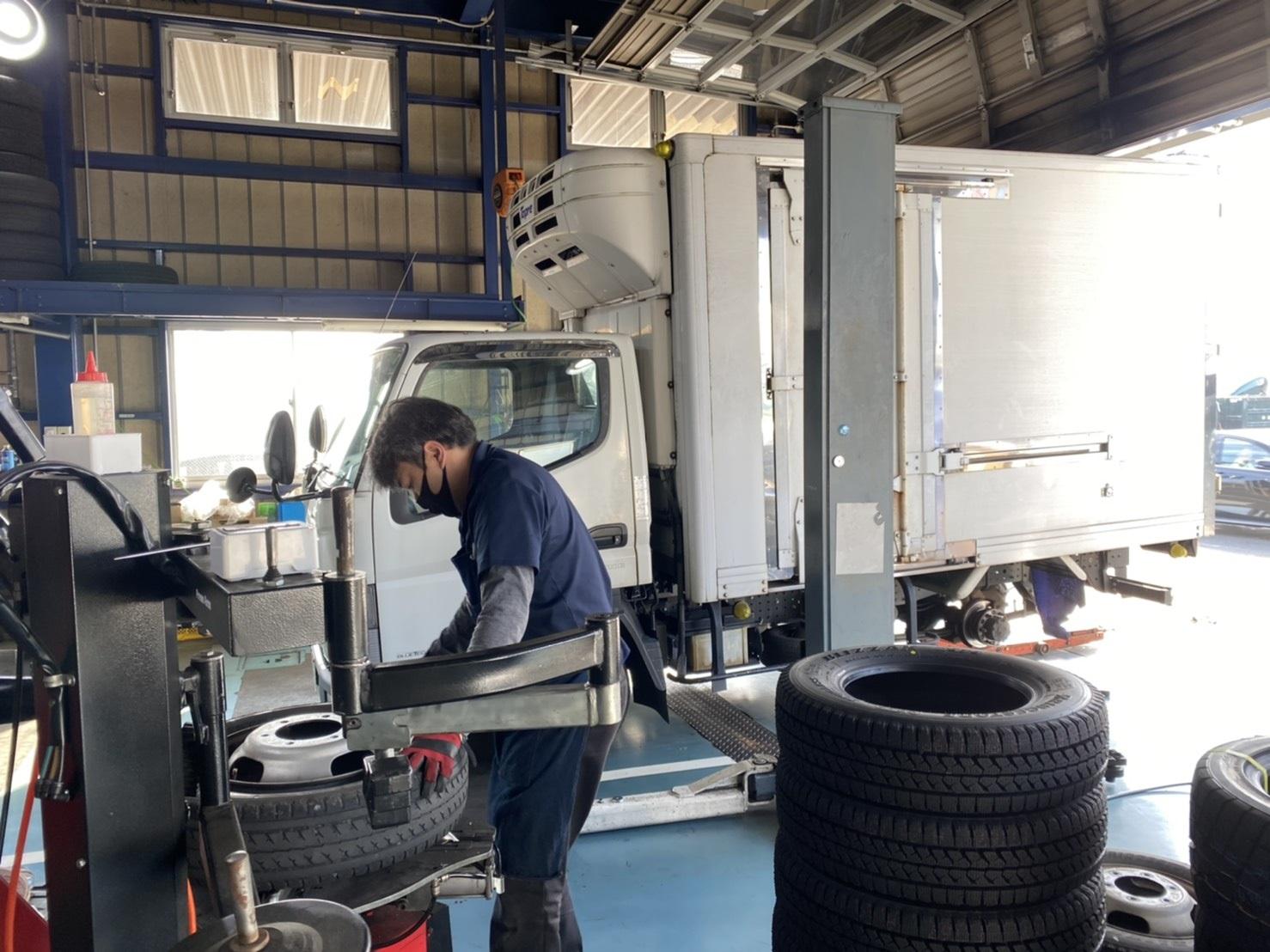 トラック ダンプ ローダーのタイヤ交換